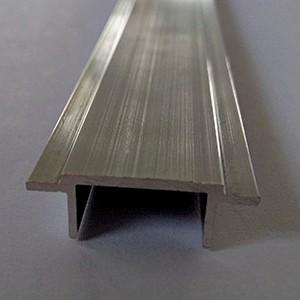 Zaslepovací plotový profil pro posuvné brány